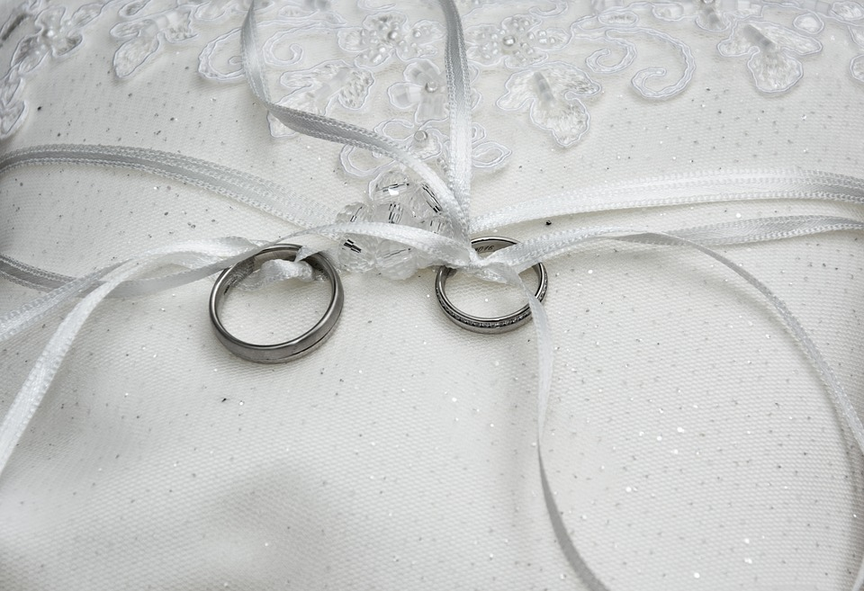 5 Creative Ring Presentation Ideas For Your Engagement Ceremony