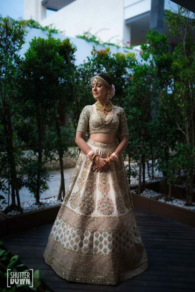 bridal-shoot-wedding-day-ivory-lehenga-bride-poses-bridal-photoshoot-on-the-wedding-day